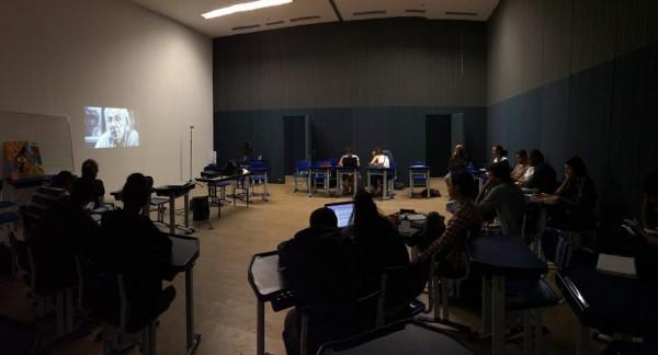 Registro da sessão de exibição de A vida não basta feito pelos alunos do curso de artes da UFSB